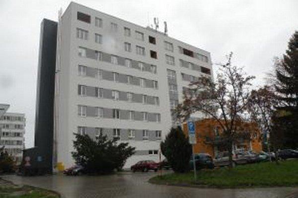 Budovu domáci volajú Dominanta, lebo niekedy bola najvyššou budovou v širšom centre mesta.