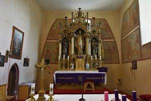 Oltár a fresky v rímskokatolíckom Kostole sv. Filipa a Jakuba postavenom v rannogotickom štýle v 13. storočí