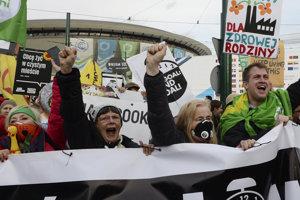 """Protestujúci držali transparenty s nápismi ako """"Zobuďte sa, je čas zachrániť náš domov."""""""