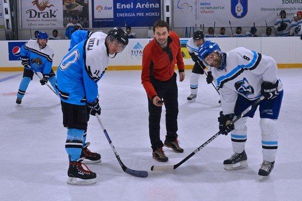 Úvodné buly. Vhadzoval ho vicemajster sveta a hráč Barysu Astana v KHL Ján Laco. Vľavo M. Šintaj a vpravo S. Gejdoš.