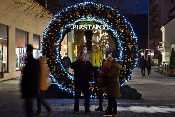 Vianočný veniec sa stal turistickou atrakciou.