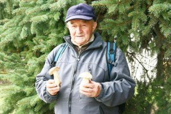 Jaroslava Šoučíka potešilo, keď našiel dva oneskorené hríby.