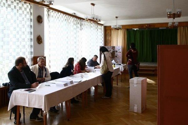 Atmosféra je zatiaľ pokojná, voliči si okrem oficialít môžu pozrieť ukážky tvorby žiakov stredného odborného učilišťa.