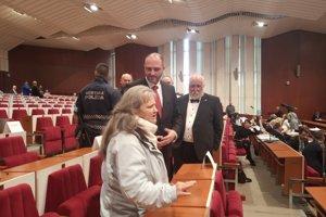 Polaček a Rovinský v rozhovore s občiankou, ktorá prerušovala ich rokovanie.