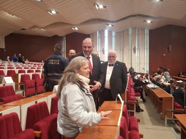 Polaček a Rovinský v rozhovore s občiankou, ktorá prerušovala rokovanie.