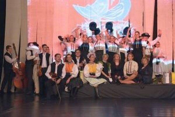 Členovia folklórneho súboru Váh na záver výročného programu.