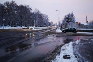 Cesty sú mokré, na niektorých miestach je kašovitý sneh.