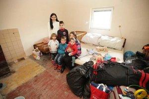 Ľubica s deťmi v izbe, ktorá je momentálne ich obývačkou, spálňou aj detskou izbou zároveň.