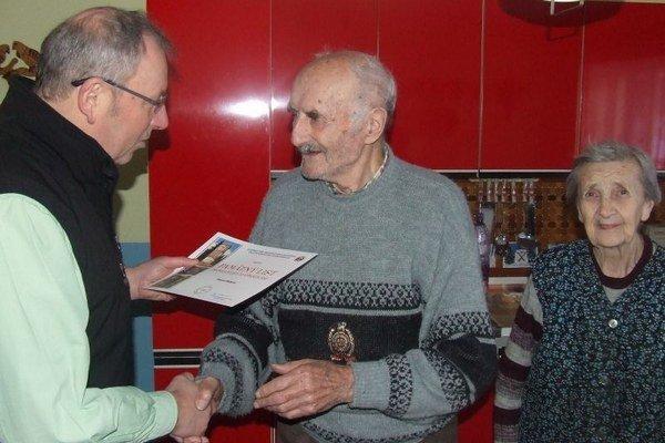 Peter Beťko (v strede) bol dlhoročným predsedom Miestnej organizácie SZPB.