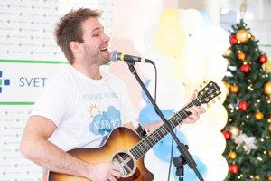 Tomáš Bezdeda zaspieval deťom niekoľko piesní.