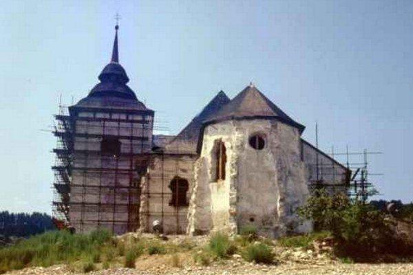 Marský kostol počas rozoberania.