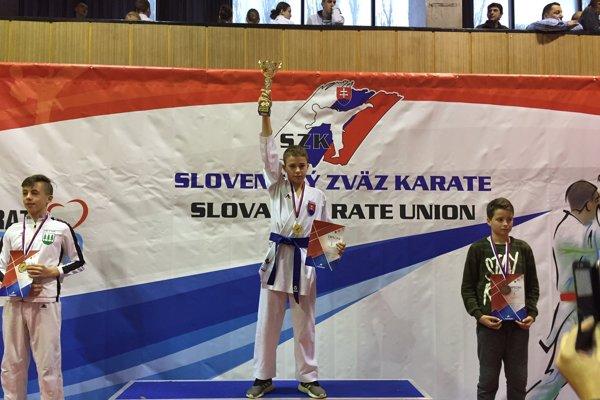 S pohárom pre víťaza Simon Kováč