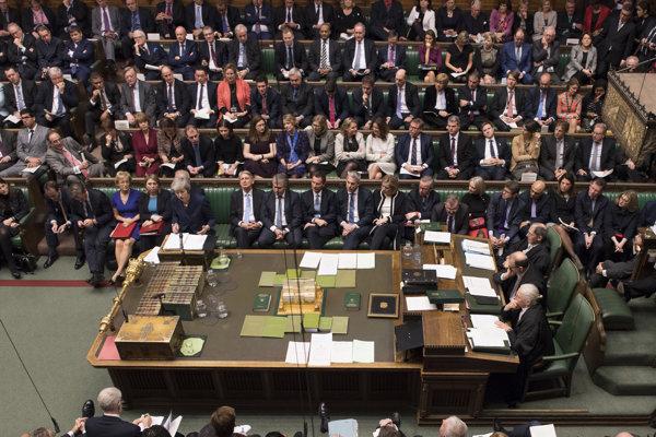 Hneď za sebou má premiérka Mayová svojich ministrov. Vzadu ľudí, na ktorých sa už nemôže toľko spoľahnúť.