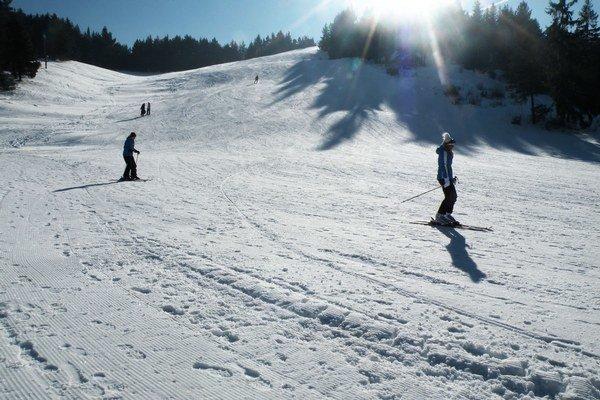 Počasie sa počas uplynulých týždňov umúdrilo, pribudlo aj dostatok prírodného snehu. Lyžuje sa veľmi dobre.