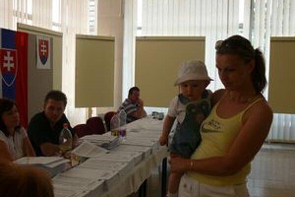 Rodina Čiernikovcov prišla voliť aj dcérkami - dvojičkami.