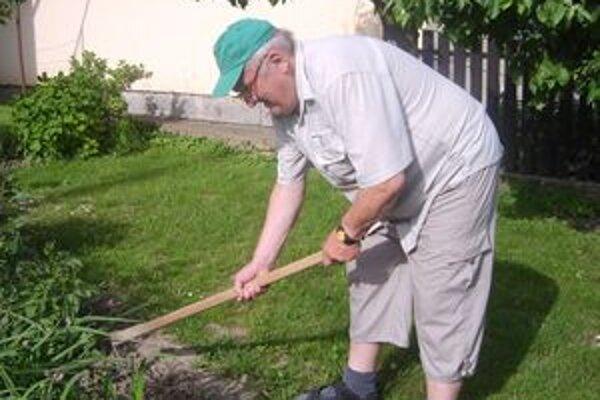 Pána Františka, sme vyrušili pri práci v záhradke pred domom.