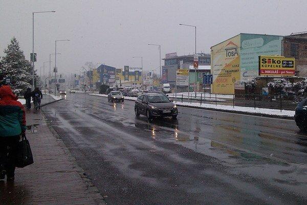 Na cestách sa sneh hneď topí, vozovka je v Liptovskom Mikuláši mokrá.