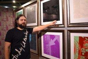 Riaditeľ Múzea Martin Cubjak pri Warholovom portfóliu Flash.