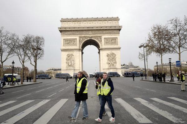 Paríž: Víťazný oblúk a žlté vesty.