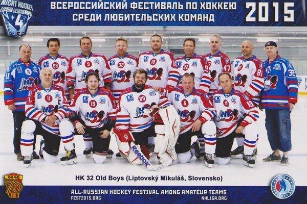 Slovenská výprava na amatérskom hokejovom turnaji vRusku.
