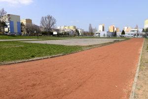 Vynovená atletická dráha je súčasť skolského športového areálu v Dúbravke na Ulici Karola Adlera.
