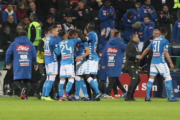 Futbalisti Neapola sa radujú z víťazstva.