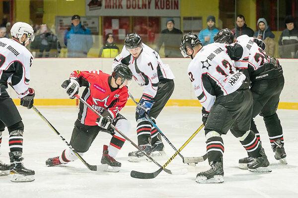 Dolný Kubín (v červenom) odohral zápas proti Bratislave B nakoniec pred vlastnými fanúšikmi.