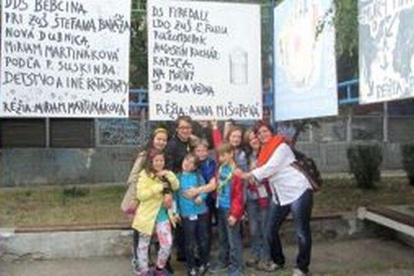 Súbor Fireball, ktorého režisérkou je Anna Mišurová (vpravo) sa na súťažiach pravidelne umiestňuje na popredných miestach.