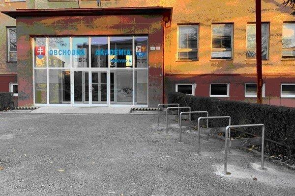 Stojany pribudli aj pred Obchodnou akadémiou v Prievidzi.