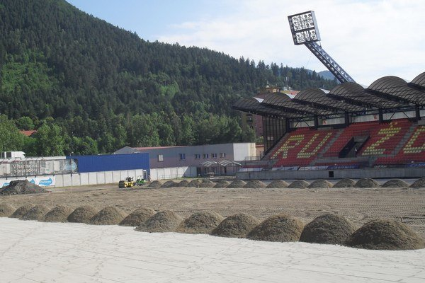 Práce na komplexnej rekonštrukcii trávnatej plochy štadióna MFK Ružomberok sa dostávajú do finálnej fázy.