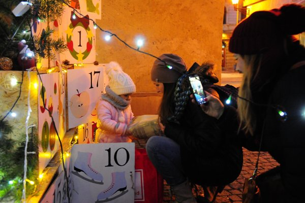 Obrátený adventný kalendár pomohli naplniť aj deti.
