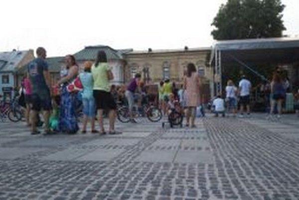 Na námestí vystúpila tanečná skupina Freeze a záujemcov učila aj tancovať.