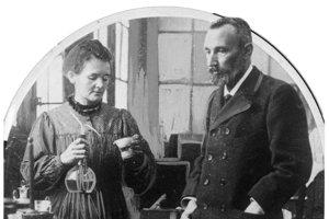 Marie Curie-Sklodowska s manželom Pierrom v ich laboratóriu.
