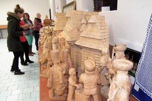Orgabnizátorky mali pred otvorením výstavy plné ruky práce s inštaláciou betlehemov.