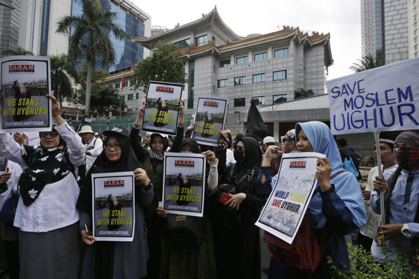 Stovky ľudí protestovali pred čínskou ambasádou proti útlaku Ujgurov.