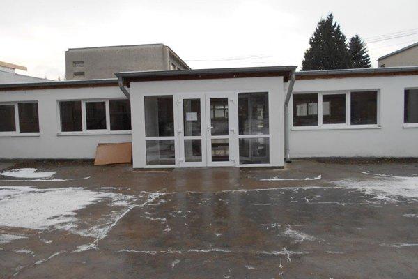 Základná škola má krajší vchod a vstupnú halu.