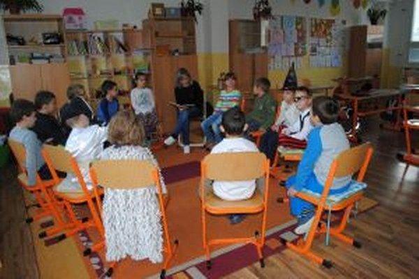 Program osláv bol bohatý, pokračoval večer a deti v knižnici aj spali.