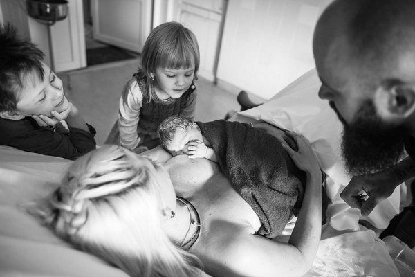 Rodičia Kráľovci a ich deti: Adrián, Sofia a novonarodený Gabriel v pôrodnici.