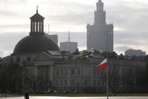 Poľská vlajka je na pol žrde vo Varšave v nedeľu 23. decembra 2018 počas dňa národného smútku pre 12 poľských baníkov zabitých pri banskom nešťastí.