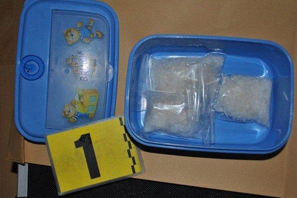 Drogy skrýval 40-ročný muž v plastovej dóze zo sladkostí.
