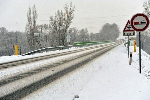 Na Donovaloch je sneh, na Hutách ľad. Prechody sú zatiaľ zjazdné.