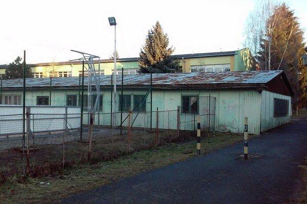 Ubytovňu po skolaudovaní školy v roku 1978 nezbúrali a ďalej ju využívali.