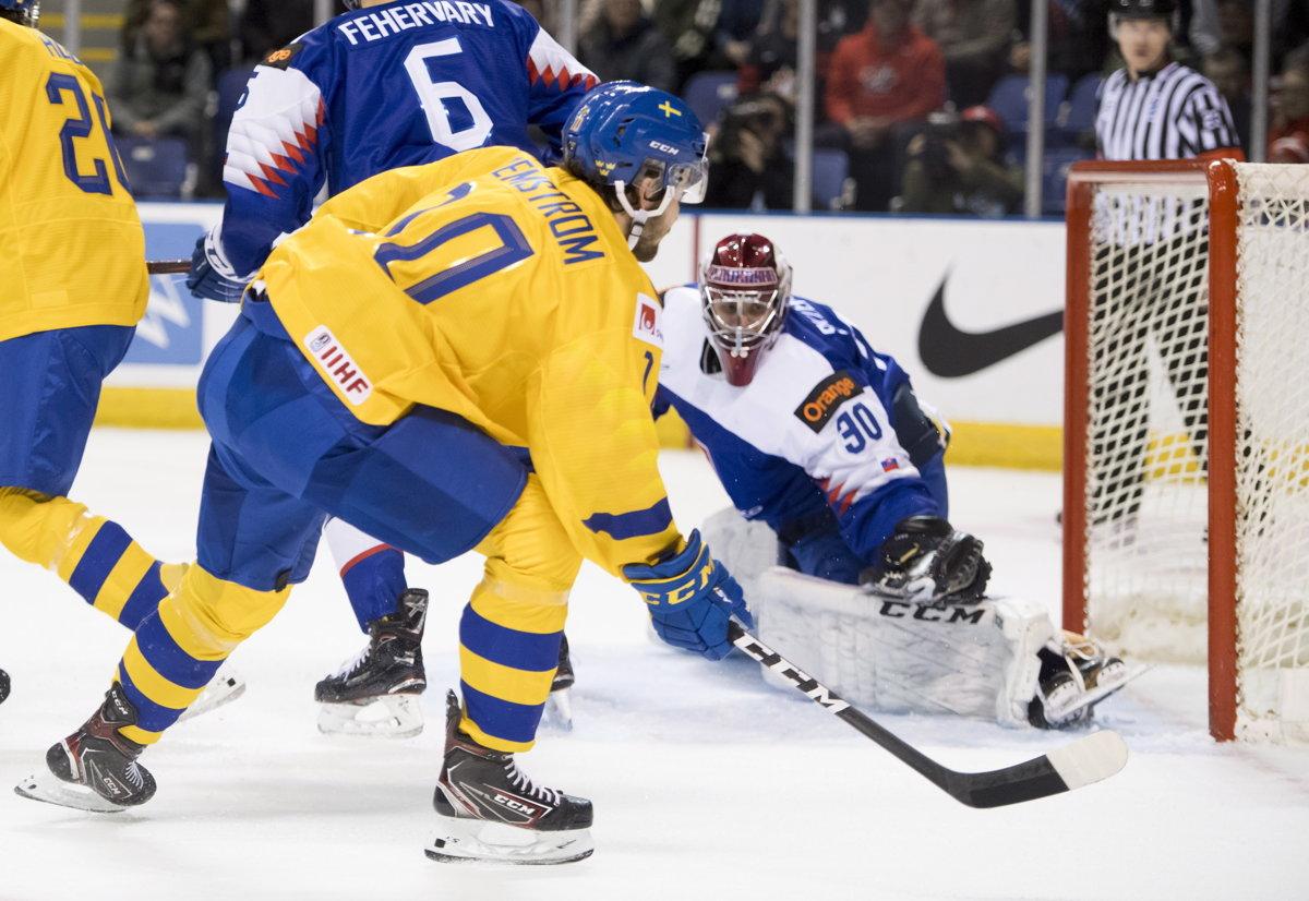069dbc6afa9f3 Momentka zo zápasu Slovensko - Švédsko na MS v hokeji do 20 rokov 2019.