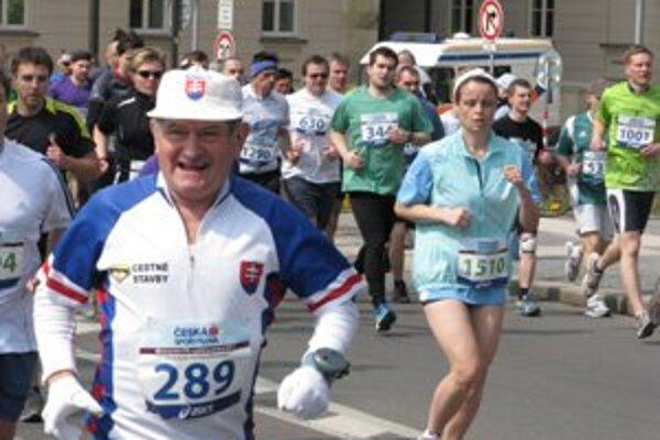 Dušan Kutnár na dôchodku začal jazdiť na kolieskových korčuliach, doteraz zabehol 77 maratónov. Na posledných pretekoch oslávil svoju sedemdesiatku.