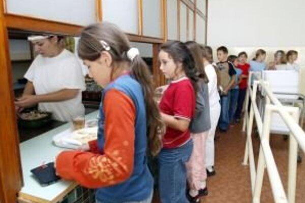 Na Základnej škole Sládkovičova nezanevreli na budovanie zdravých stravovacích návykov u svojich žiakov. Deti, ktoré sa stravujú v školskej jedálni, dostávajú pravidelne ovocie k obedu, aspoň raz do týždňa aj mliečny nápoj.
