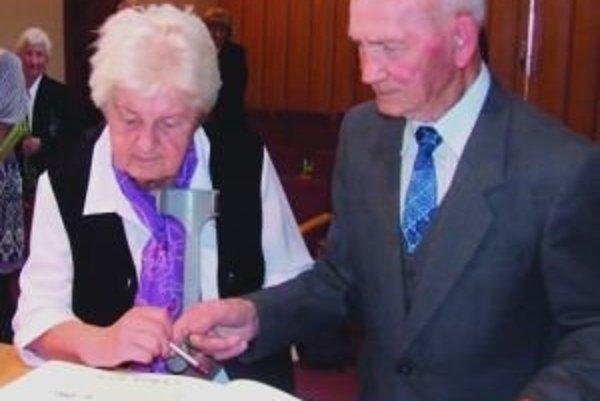 Jubilujúci manželia Štrkolcovci sa zapísali do pamätnej knihy Závažnej Poruby.