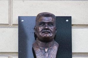 Prvému bratislavskému županovi Samuelovi Zochovi na Župnom námestí odhalili 29. októbra 2018 pamätnú bustu.