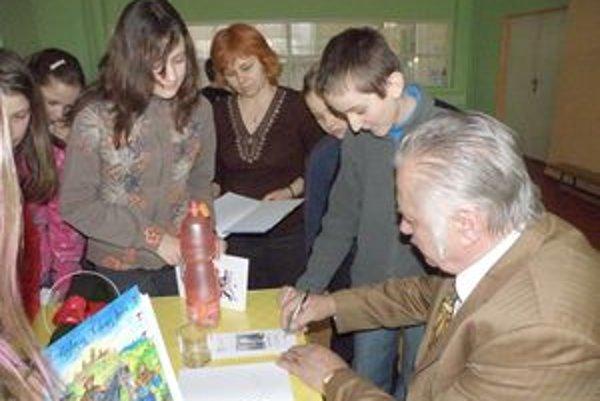 Milan Húževka podpisuje najnovšiu knihu.