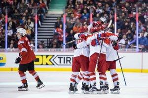 Ruskí hokejisti oslavujú triumf.