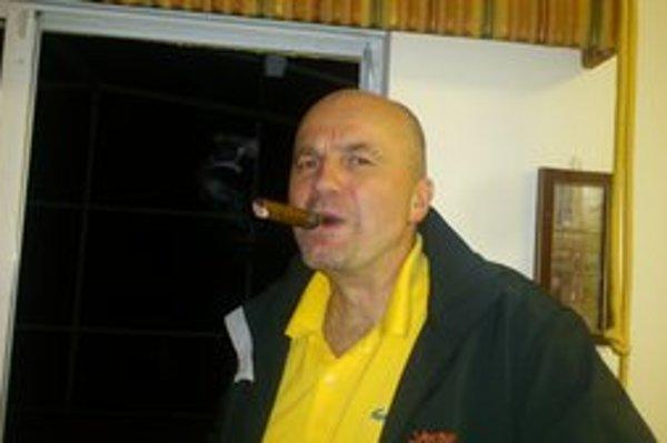 """Rudolf Brziak vydal pred piatimi rokmi knižne špionážno-erotický román Európan, na sklonku minulého roka dopísal jeho voľné pokračovanie s názvom Američan, ktoré uverejňuje na internete. """"Pokrstil"""" ho na Floride a slávnostne si zapálil cigaru."""